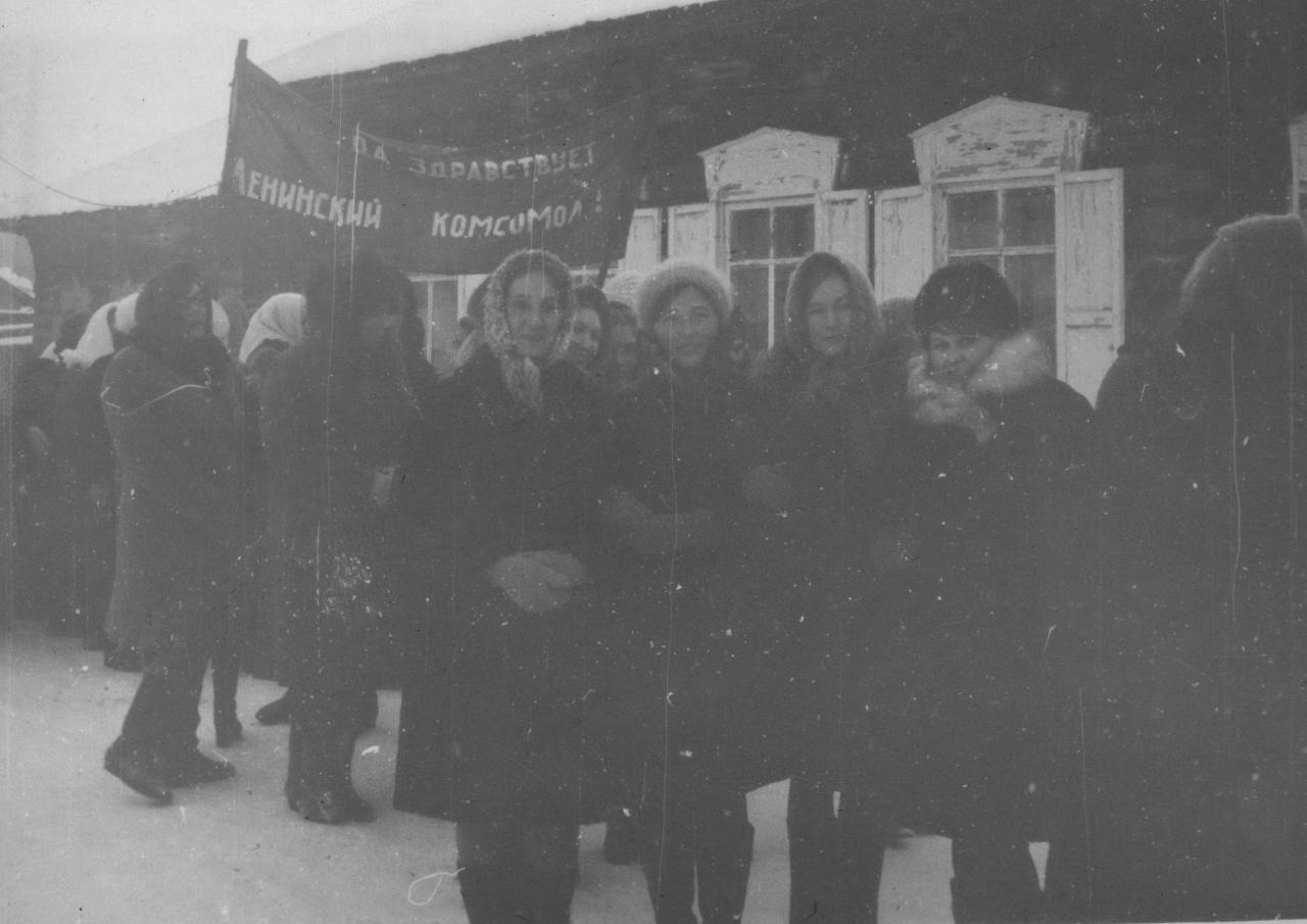Учителя КСШ на демонстрации 7 ноября 197..года