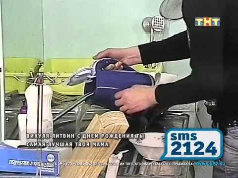 Венцеслав наливает воду в чайник